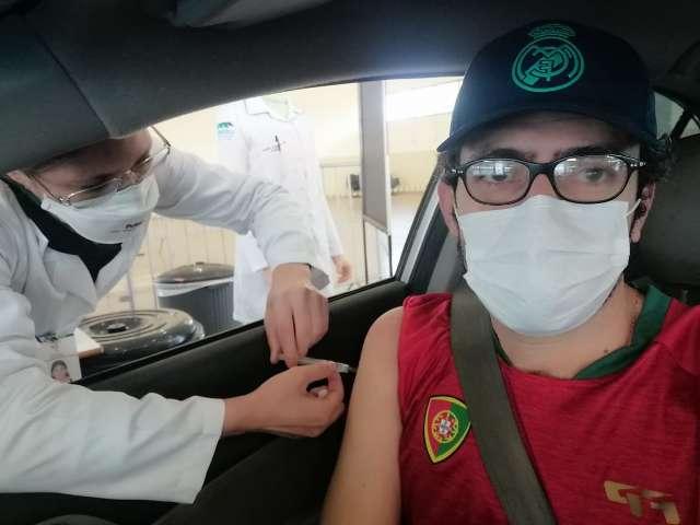 """""""Pequeno esforço pela vida"""", diz primeiro vacinado em fila de 4 quilômetros"""