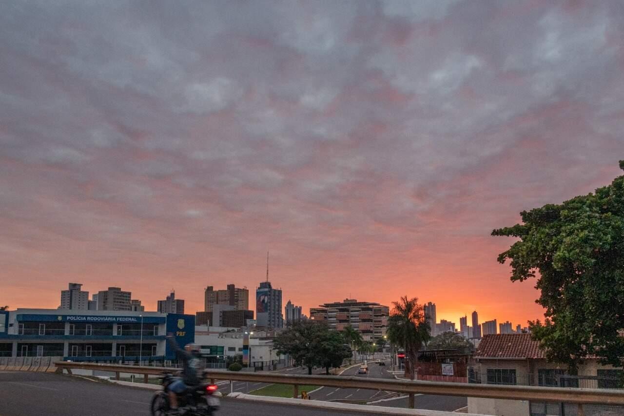 Para Campo Grande, previsão indica tempo nublado desde cedo, mas sem chuva (Foto: Henrique Kawaminami)