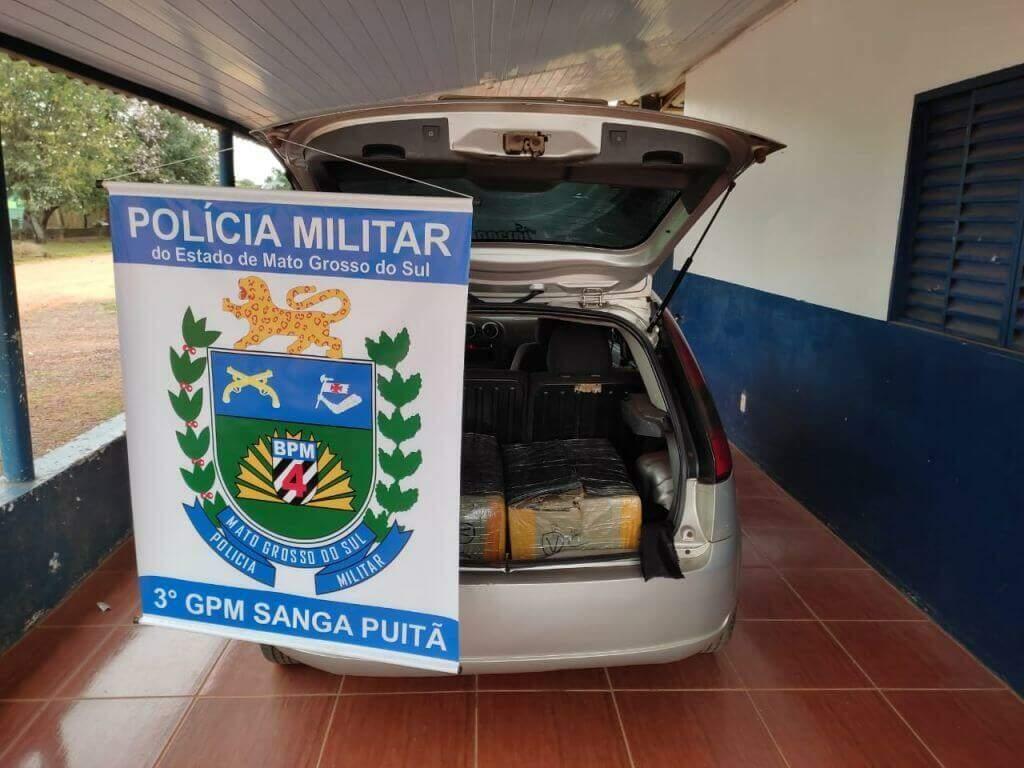 Carro e relógios foram levados para a Receita Federal de Ponta Porã. (Foto: Polícia Militar)