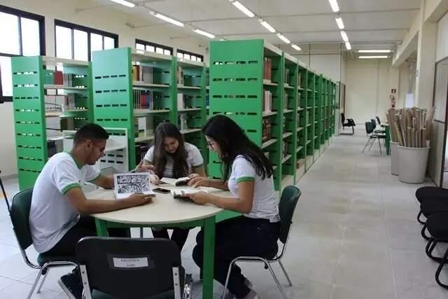 Alunos estudando na biblioteca de uma das unidades do IFMS no Estado. (Foto: Ascom/IFMS)