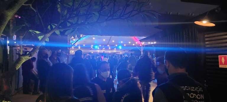 Bar é lacrado por festa com aglomeração e fora do horário do toque de recolher