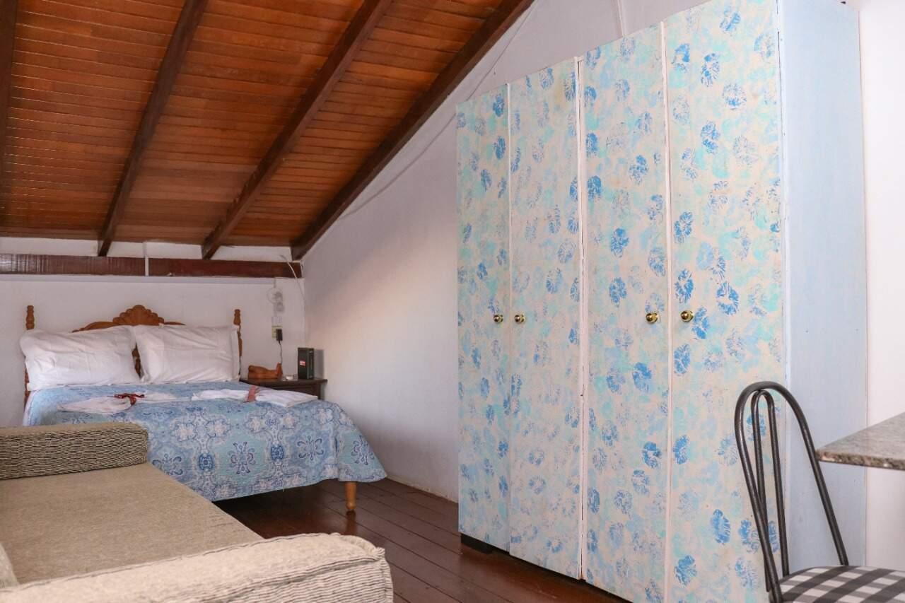 A cama foi restaurada e está em perfeito estado. Guarda roupas era da filha de Noemia e foi ela mesma quem pintou. (Foto: Henrique Kawaminami)