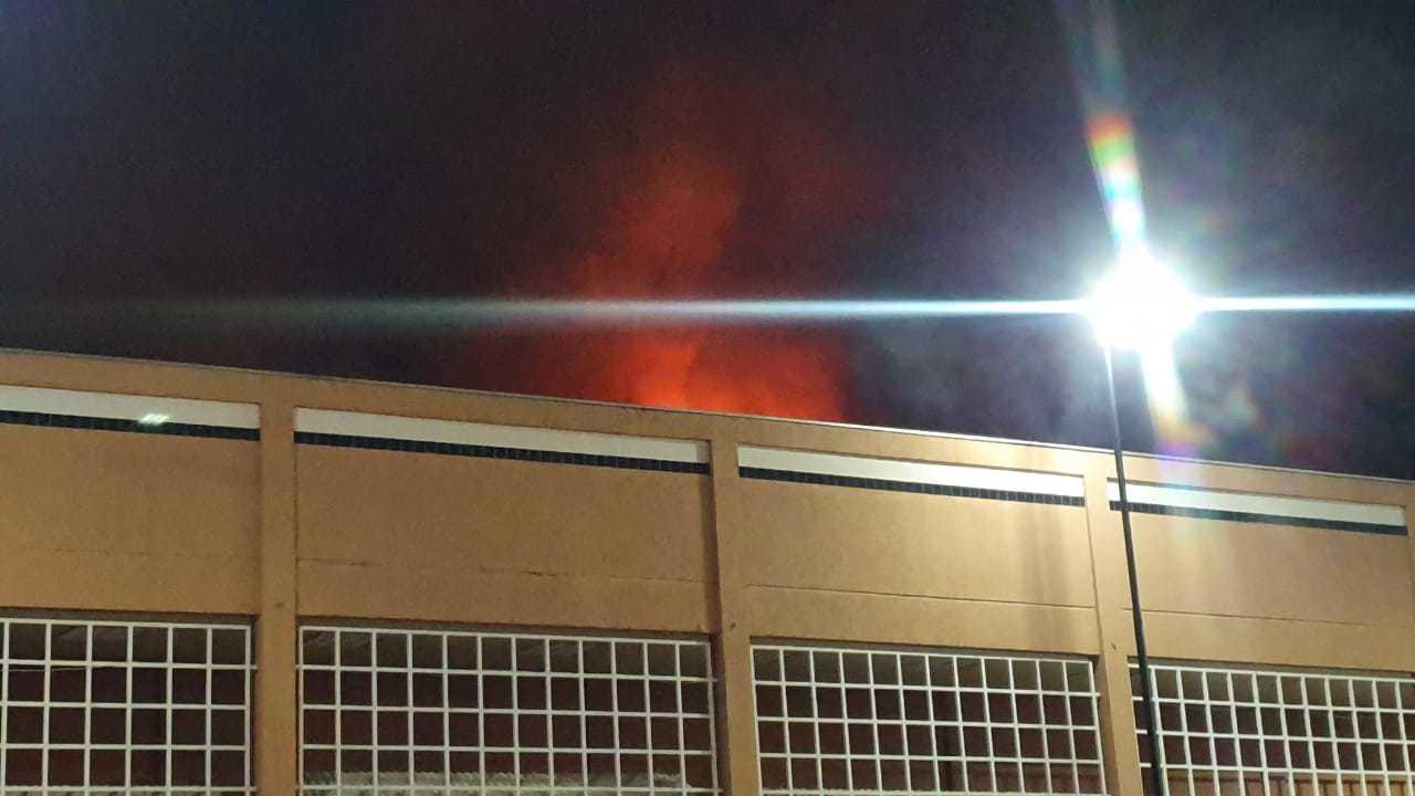 Altura do fogo que atingiu churrascaria nos altos da Afonso Pena (Foto: Clayton Neves)