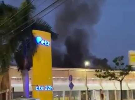 Vídeos mostram espanto de quem passava e viu churrascaria pegar fogo