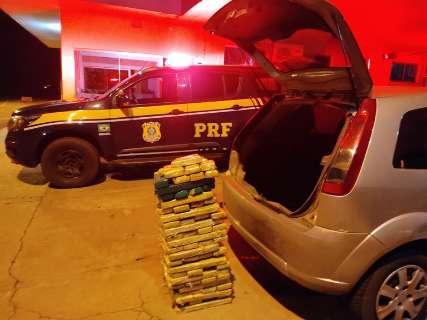 Dois são presos traficando maconha em compartimento escondido de carro