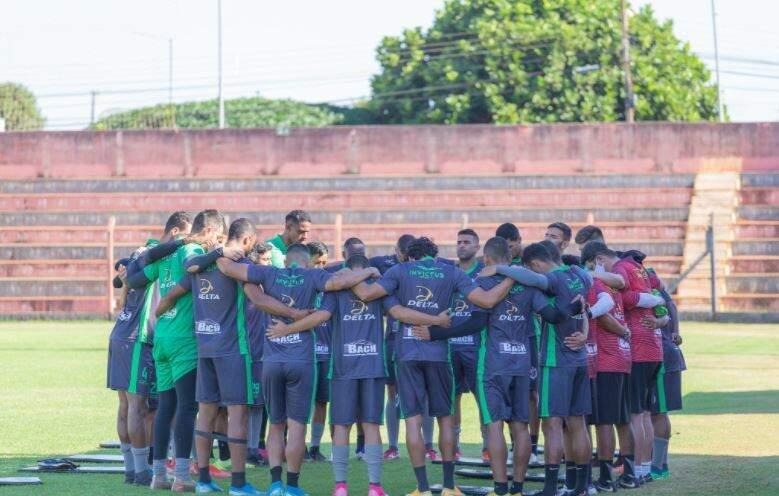 Elenco do Águia Negra reunido antes de treino em Rio Brilhante (Foto: João Vitor Fotografia)