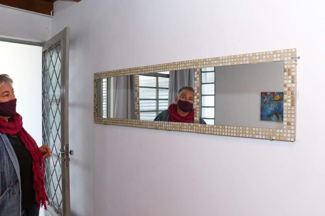 Mosaico no espelho na entrada Noemia fez sozinha. Antes, era uma porta antiga. (Foto: Henrique Kawaminami)