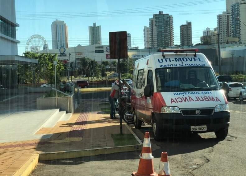 Ambulância de Maracaju em frente a condomínio. (Foto: Processo judicial)