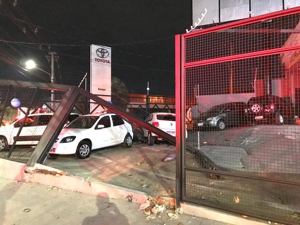 À esquerda, veículos Celta e Uno atingidos pelo Gol branco. Ao fundo da imagem à direita está à Ecosport preta que também foi atingida. (Foto: Adriando Fernandes)