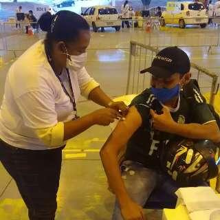 Horas após perder filho para covid, Sandra volta a vacinar por respeito à vida