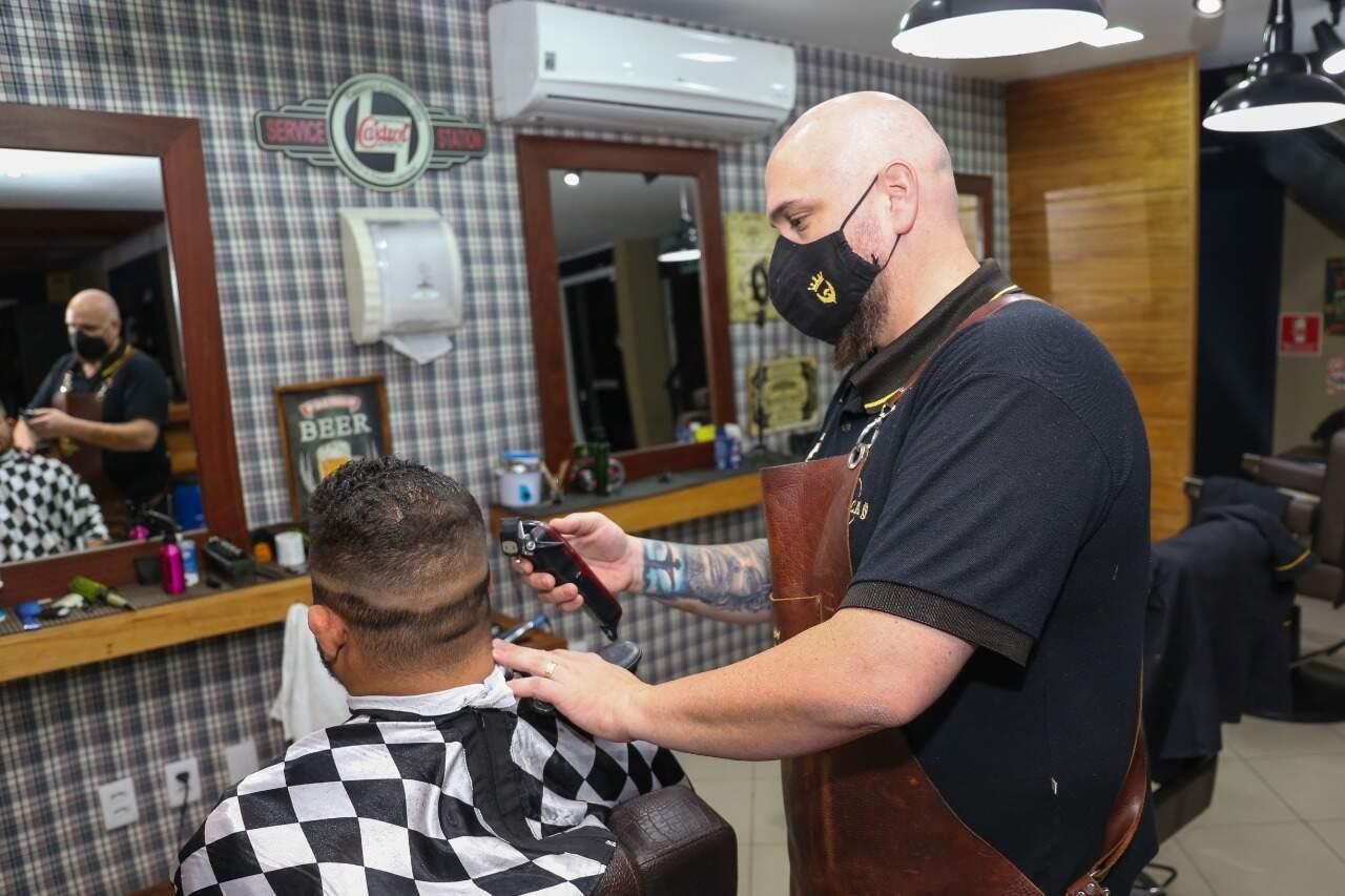 Do curso para a prática, Ivan tem levado a desconstrução do machismo para o ofício de barbeiro. (Foto: Paulo Francis)