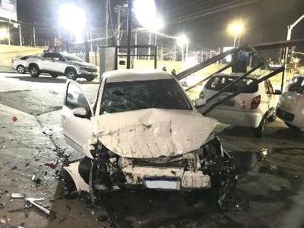 Motorista avança por rotatória, destrói portão e bate em 3 veículos de loja