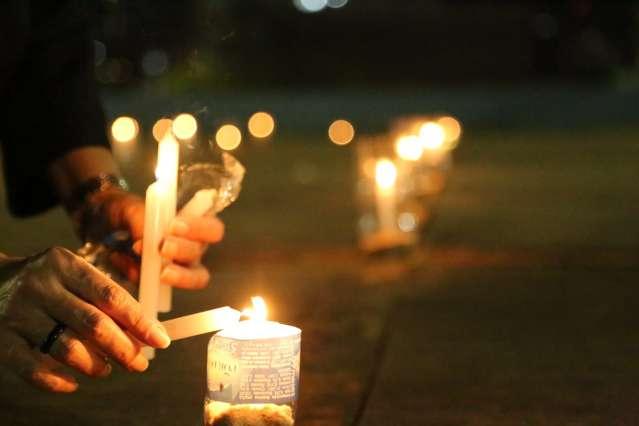 Grupo acende velas na praça em homenagem a meio milhão de mortos por covid-19