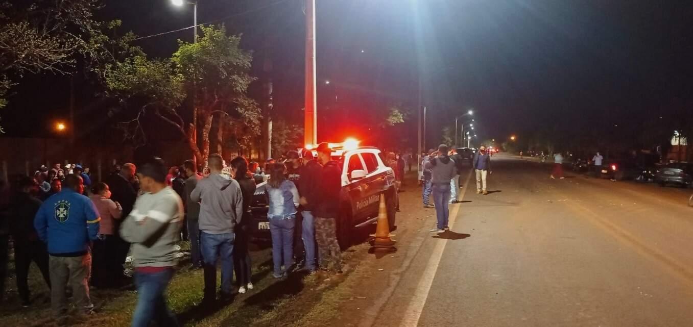 Várias pessoas foram ao local doa cidente (Foto: Rio Brilhante em Tempo Real)