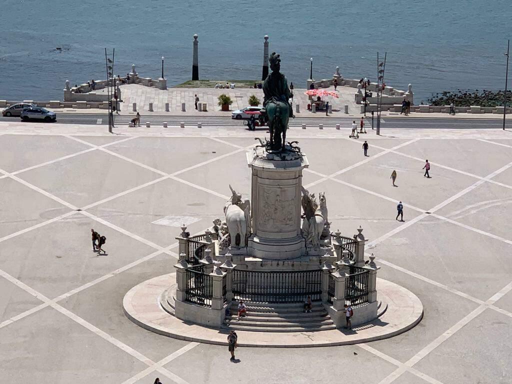 Verão de 35 graus e poucos turistas por conta da pandemia. Em tempos normais, lugares como a Praça do Comércio, junto ao rio Tejo, sempre fervem de visitantes (Foto: Arquivo pessoal)