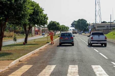 Avenida que corta o distrito de Nova Casa Verde, Dilson Casarotto, recebeu a iluminação proposta em outra oportunidade (Foto: Divulgação)
