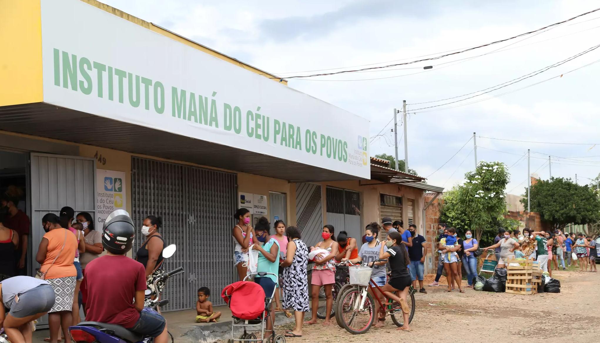 Pessoas recebendo cesta básica no Instituto Maná do Céu para os Povos. (Foto: Kísie Ainoã)