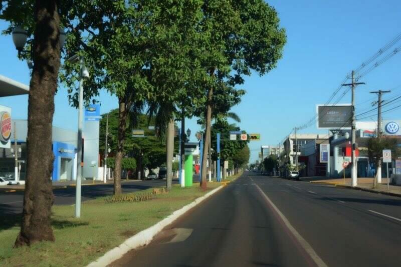 Avenida douradense completamente vazia no período de lockdown (Foto: Divulgação/Assecom)