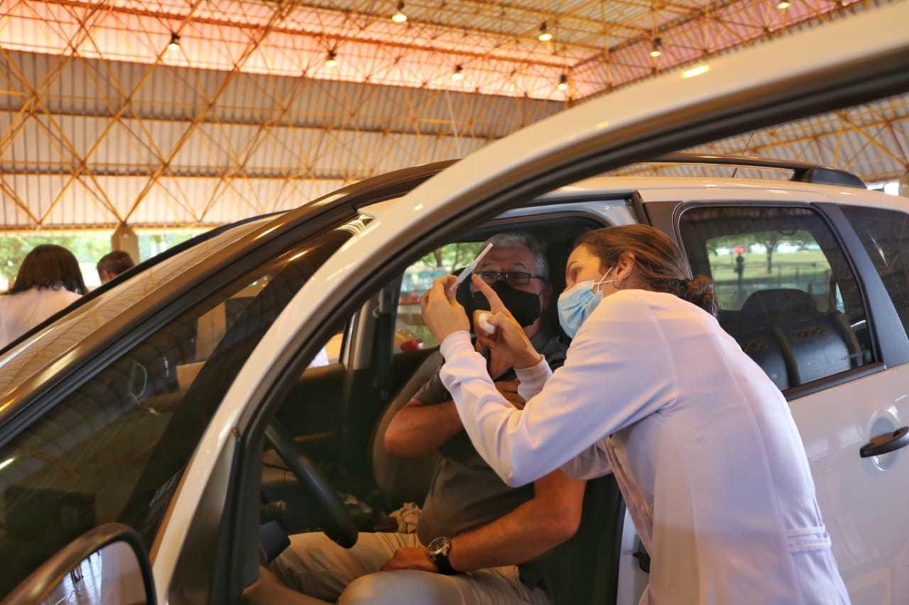 Morador prestes a ser imunizado em ponto de vacinação da Capital. (Foto: Paulo Francis)