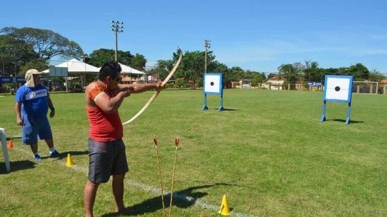 Indígena durante competição de arco e flecha. (Foto: Divulgação   PMCG)