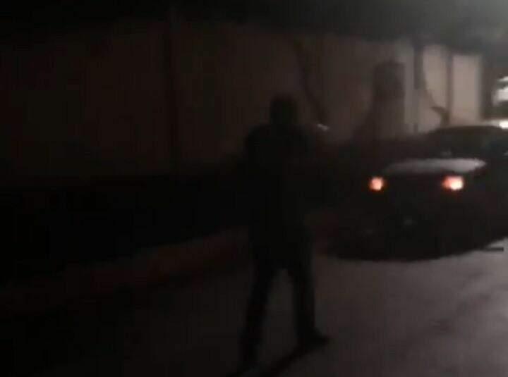 Momento em que um dos policiais civis aborda o suspeito no veículo (Foto: Jornal da Nova)