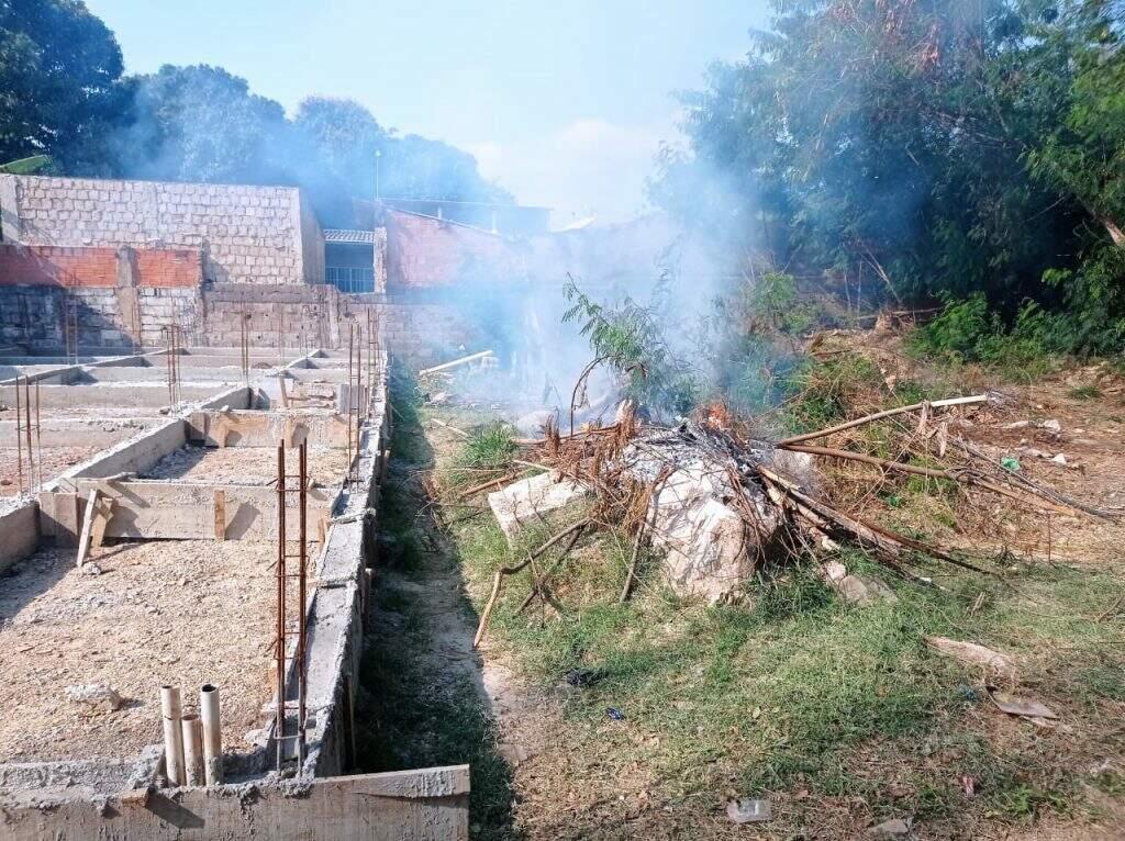 Proprietário de terreno foi multado por queimada urbana em Corumbá, (Foto: Divulgação/PMA)