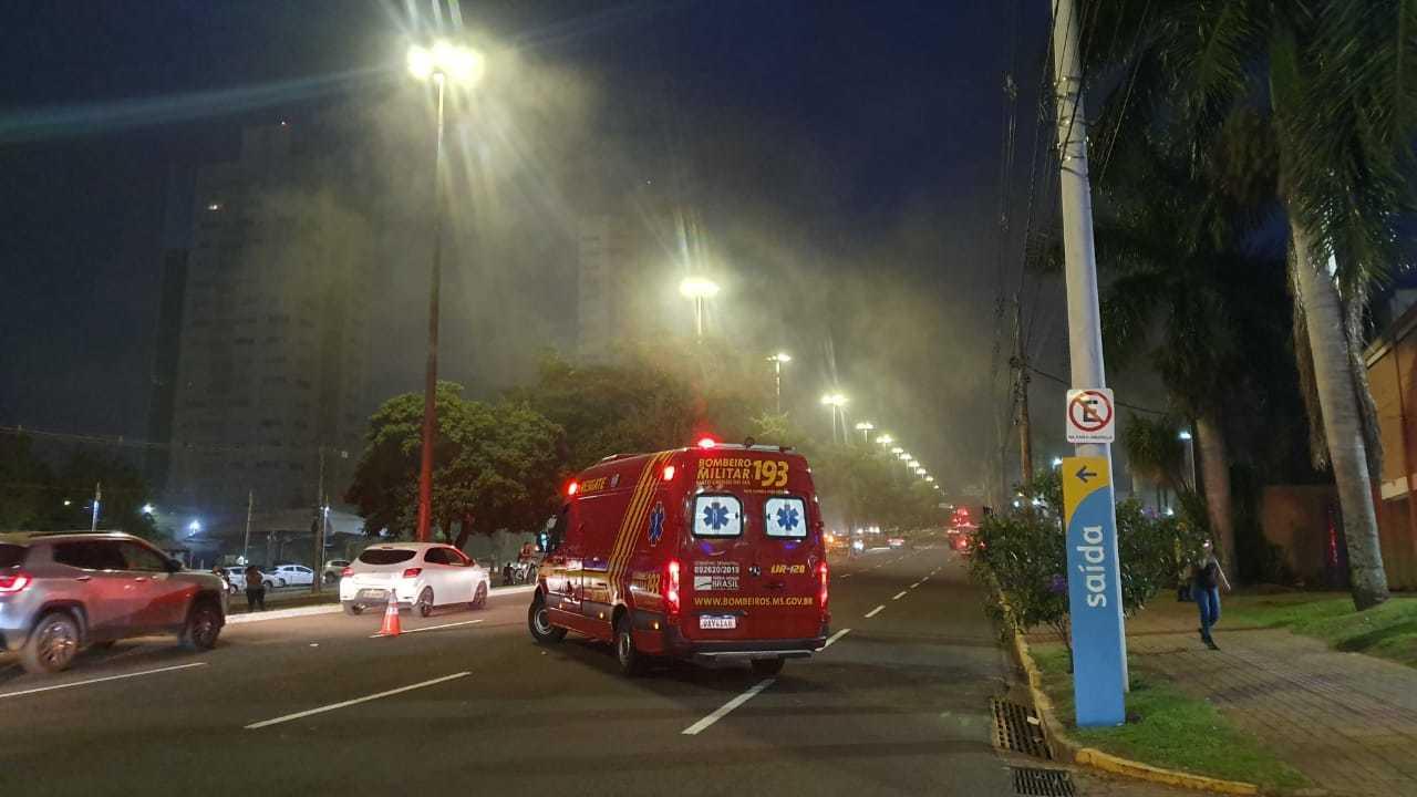 Ambulância do Corpo de Bombeiros em trecho da Avenida Afonso Pena onde fumaça tomou conta de restaurante após incêndio (Foto: Clayton Neves)