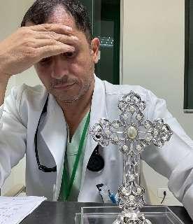 Despejado, médico se defende e recebe apoio virtual