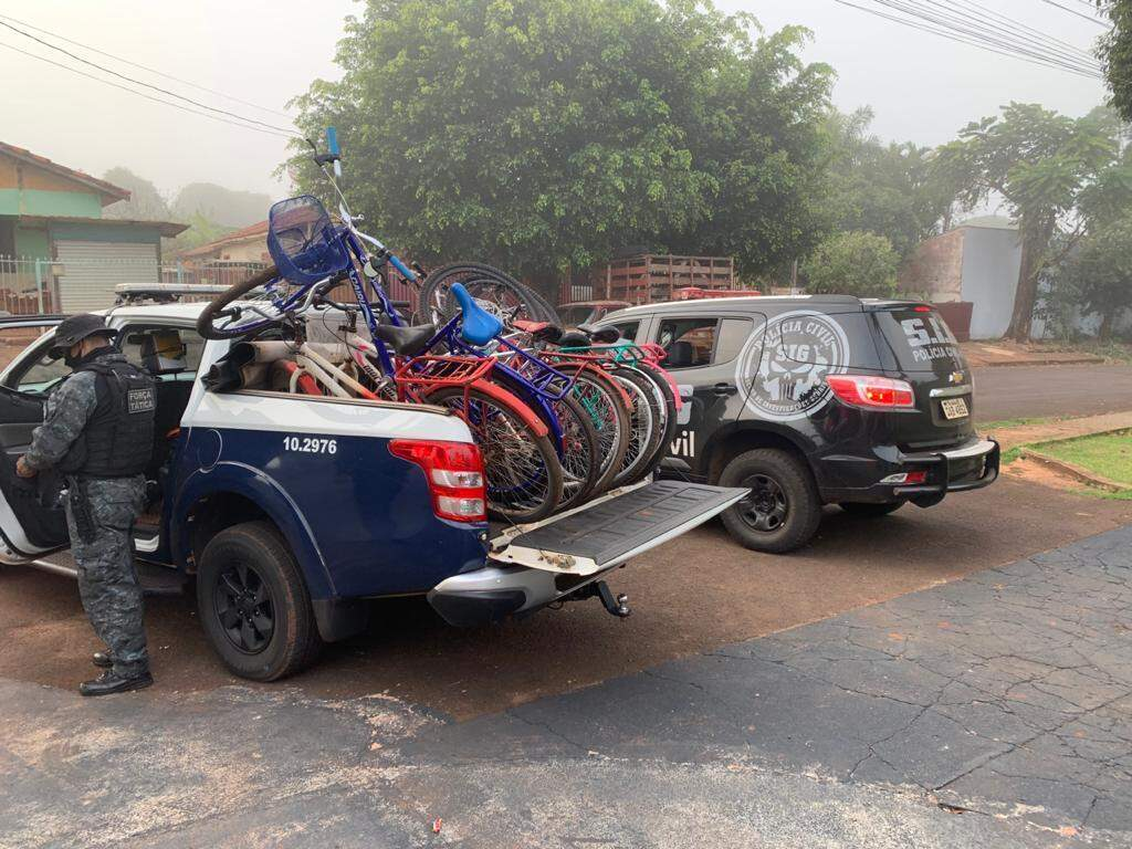 """Viatura lotada de bicicletas apreendidas em """"boca"""" na Cohab, em Fatima do Sul (Foto: Divulgação)"""