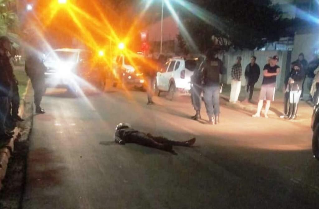 Alvejado, Ezequiel caiu no meio da rua e morreu no hospital (Foto: Direto das Ruas)