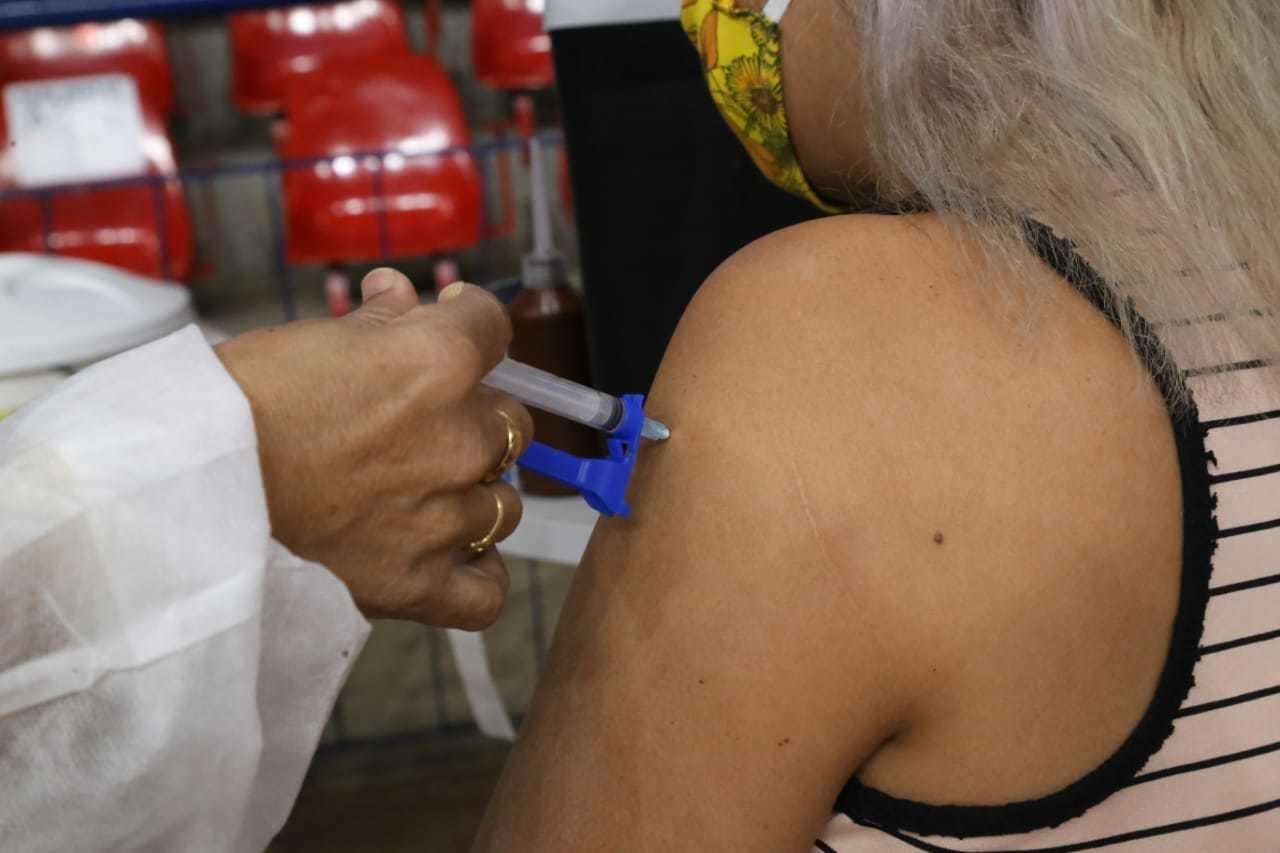 Mulher recebe vacina contra a covid-19 em Mato Grosso do Sul (Foto: Kísie Ainoã/Arquivo)