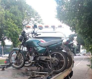 Motociclista fura sinal e é flagrado com veículo com R$ 17 mil em multas