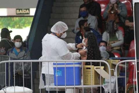 Vacinação contra covid é destinada para reforço de dose nesta terça-feira