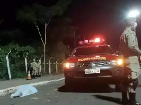 Viatura dos bombeiros ao lado do corpo da vítima coberto com lençol. (Foto: Diario Corumbaense)