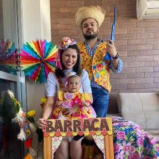 Para alegria dos pais, festa junina vira tema do mêsversário da filha