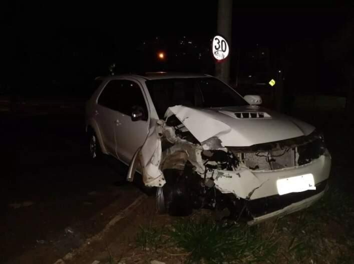 A parte frontal do veículo ficou parcialmente destruída (Foto: Suzana Servian)