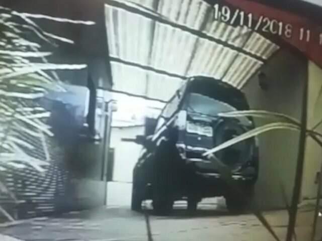 O veículo em que estava Fernanda e o ex-superintendente entra no motel. (Foto: Reprodução)