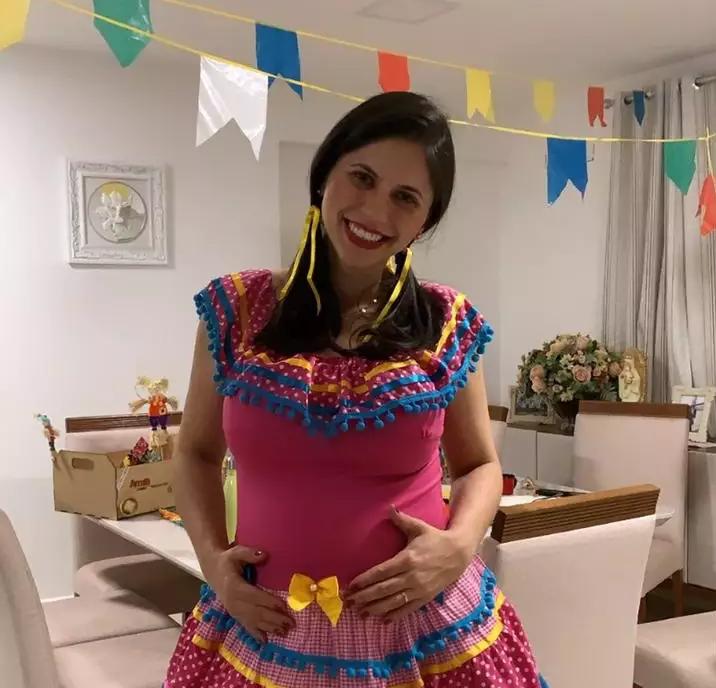 Paula ainda grávida em 2020 também celebrando a festa junina (Foto: Arquivo Pessoal)