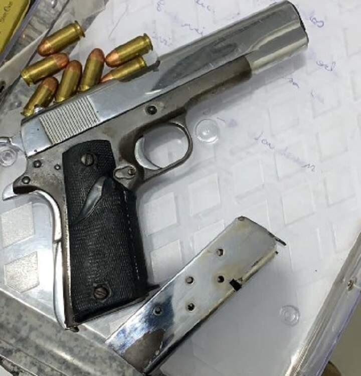 Uma pistola .45 com numeração raspada também foi apreendida (Foto: Divulgação/PCMS)