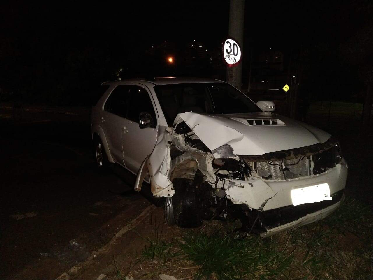 A parte frontal do veículo ficou parcialmente destruída. (Foto: Suzana Servian)