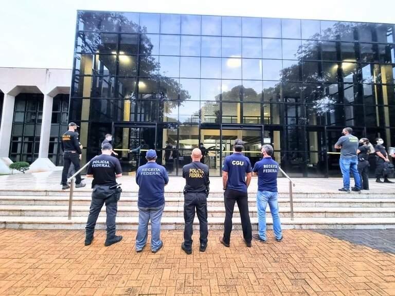 Integrantes de força-tarefa que fez operação no Tribunal de Contas do Estado na frente do prédio. (Foto: Divulgação)