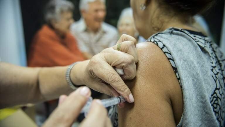 Mulher recebe vacina contra gripe. (Foto: Agência Brasil)