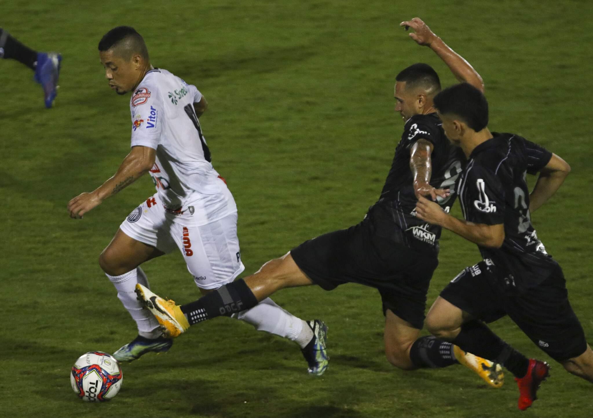 Vini Locatelli jogador do Ponte Preta disputa lance com Tomas Bastos jogador do Operário durante partida no estádio Moises Lucarelli pelo campeonato Brasileiro B 2021. (Foto: Estadão Conteúdo)