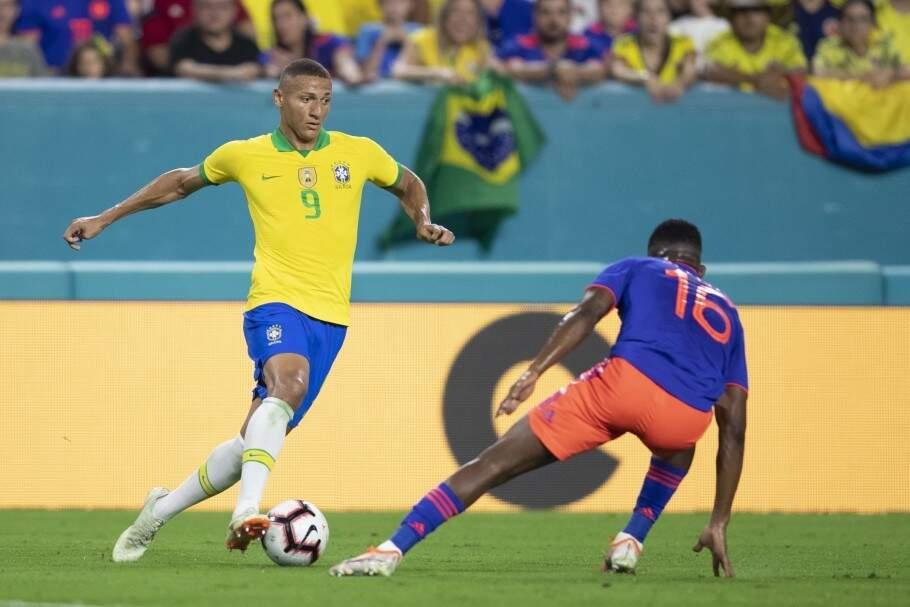 Richarlison tenta escapar da marcação colombiana em amistoso (Foto: CBF)