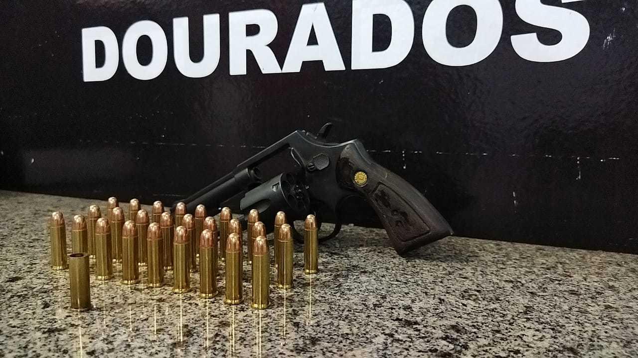 A arma do crime, cartuchos carregados e única cápsula deflagrada, de onde saiu tiro fatal (Foto: Adilson Domingos)