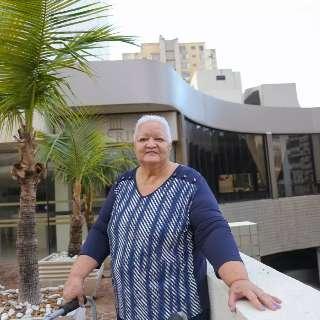 Após 43 anos, lavadeira chora ao voltar em hotel como hóspede