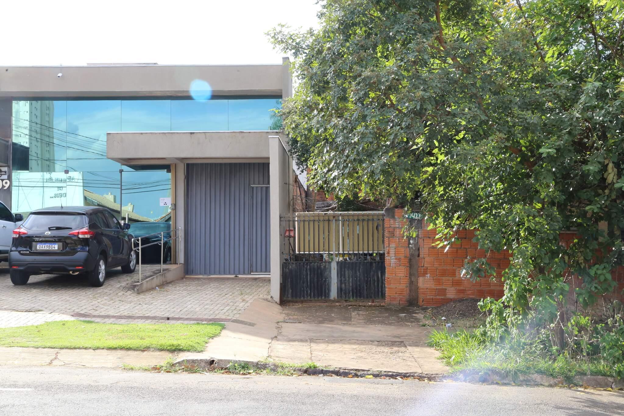 No Bairro Santa Fé, Rua Zezé Flores tem casas de menor valor que contrastam com vizinhança de imóveis comerciais (Foto: Kisie Ainoã)