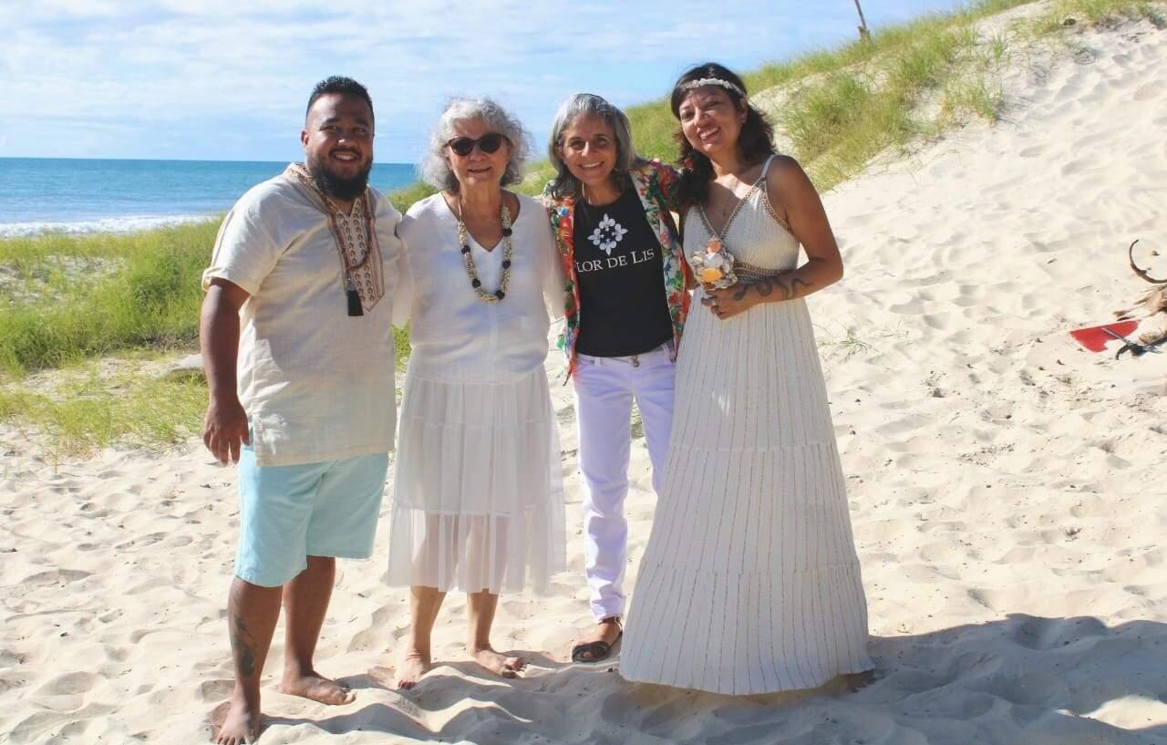 Sacerdotisa e cerimonialista junto do casal na praia (Foto: Arquivo Pessoal)