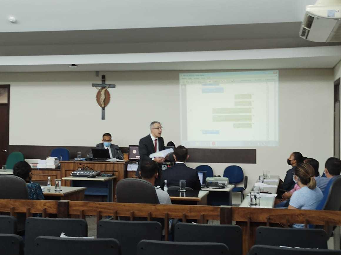Promotor Rodrigo Amaro apresenta ao júri os argumentos para que o delegado seja condenado por assassinato. (Foto: Leonardo Cabral/Diário Corumbaense)