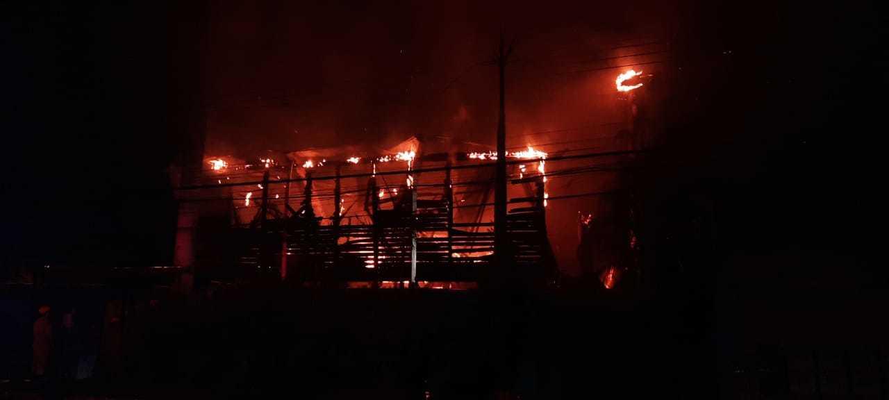 Prédios, com parte de alvenaria, tinham muitos cômodos de madeira que foram consumidos pelo fogo (Foto: Caroline Maldonado).